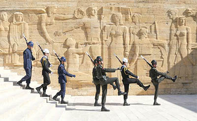 Soldiers marching in the changing of the guard ceremony at Anıt Kabir