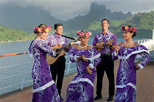 Polynesian entertainers © PAUL GAUGUIN CRUISES