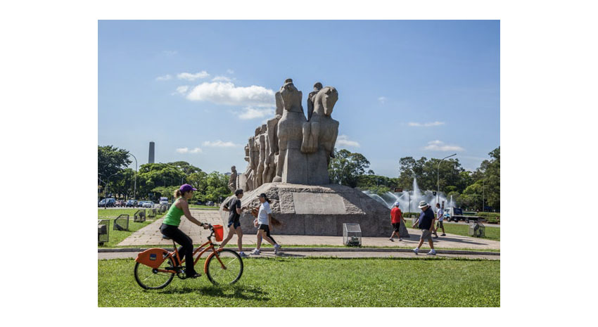 Ibirapuera Park with pedestrians and bikers during the day © BRAZILIAN TOURISM BOARD