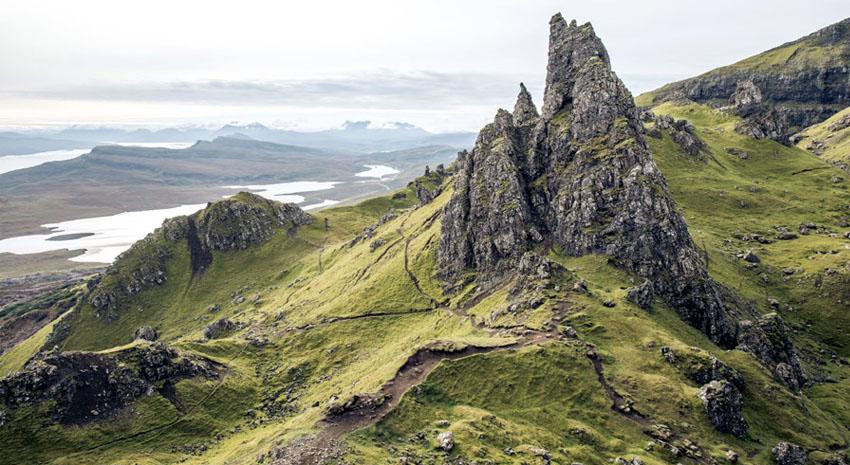 Old Man of Storr on Isle of Skye © NICK KONTOSTAVLAKIS | DREAMSTIME.COM