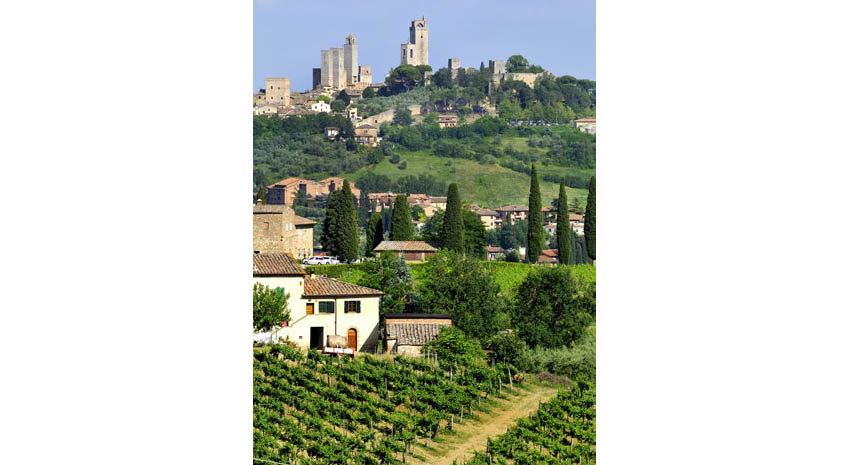 San Gimignano on the hill © YVON52 | DREAMSTIME.COM