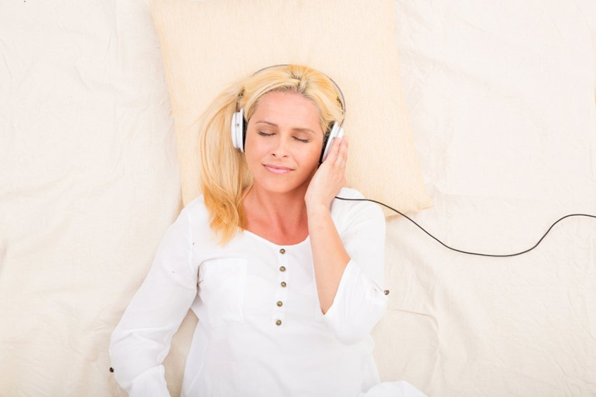 Falling asleep with a podcast © Spectral-design | Dreamstime.com